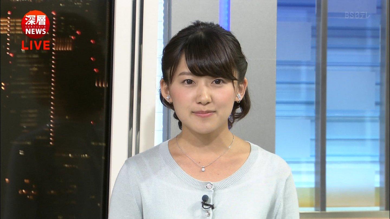 ブルーのカーディガンを着た尾崎里紗