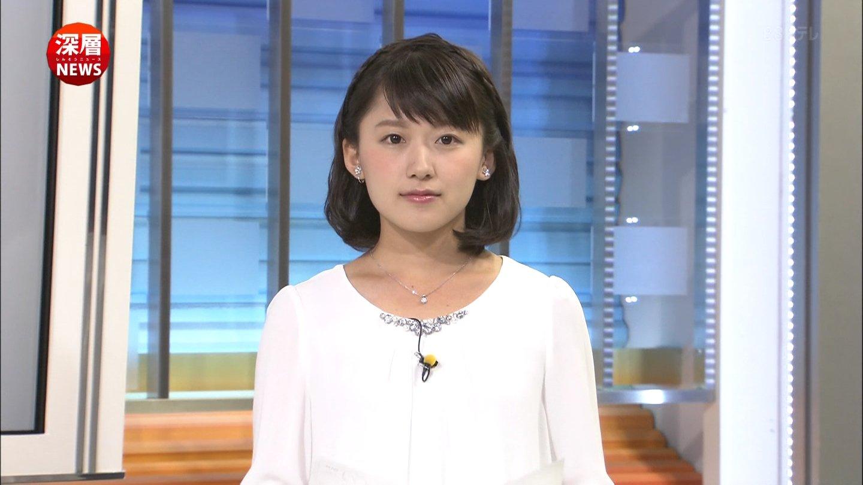 白いブラウスを着た尾崎里紗