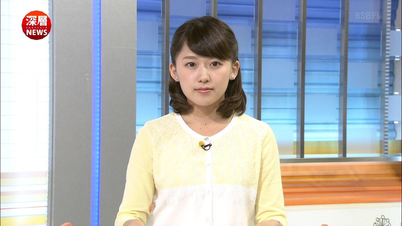 黄色と白のカーディガンを着た尾崎里紗