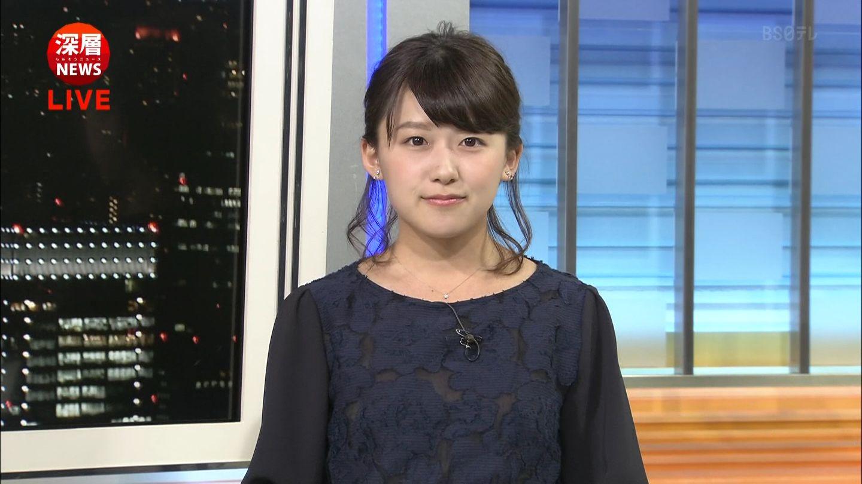 ダークブルーのブラウスを着た尾崎里紗