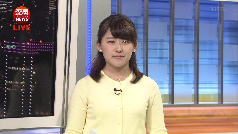 黄色いカーディガンを着る尾崎里紗