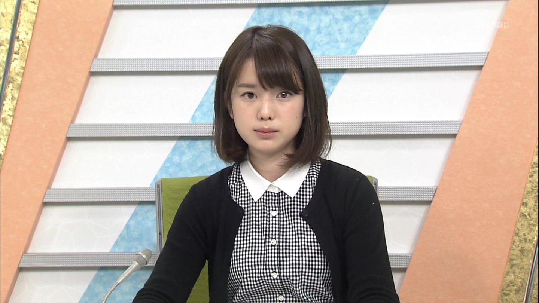 チェックシャツを着ている弘中綾香