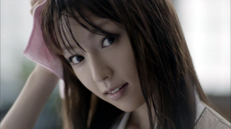 お風呂上りで髪の毛を拭く深田恭子