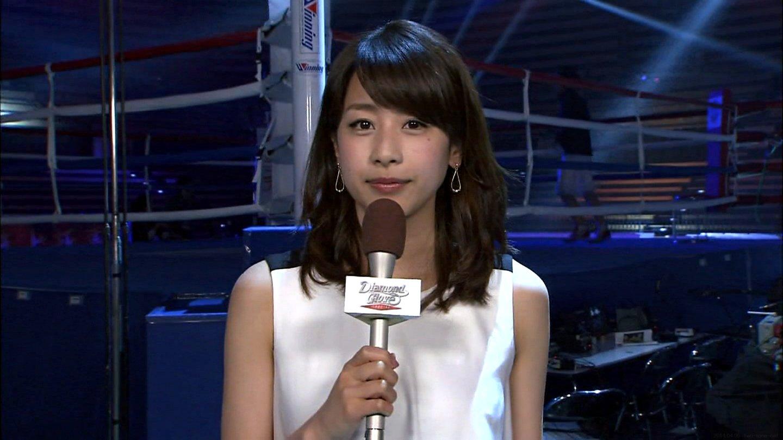 リングの前でマイクを持って中継をする加藤綾子