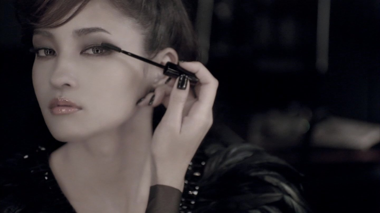 化粧をする黒木メイサ