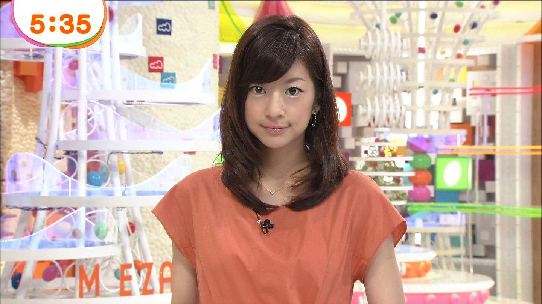 レンガ色のワンピースを着て微笑むアナウンサー、生野陽子