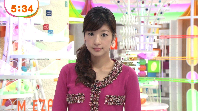 紅色のニットでニュースを読むアナウンサー、生野陽子