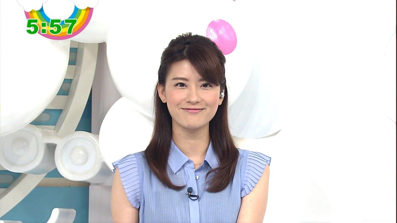 ブルーのシャツを着る郡司恭子